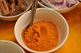Характерный для большинства смесей карри желтый цвет придает смолотое в порошок высушенное корневище куркумы (англ.'turmeric'). Его же используют и как краситель для тканей. Жизнерадостный и стойкий!