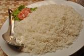 Аккомпанирует цыпленку в темном карри (англ. 'chicken black curry') белый душистый рис (англ. 'white plain rice'). В нашем случае -длиннозерный басмати.
