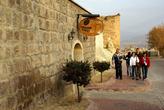 Туристы идут на дегустацию на винзавод