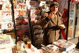 Продавец в газетном киоске завтракает, не отходя от рабочего места