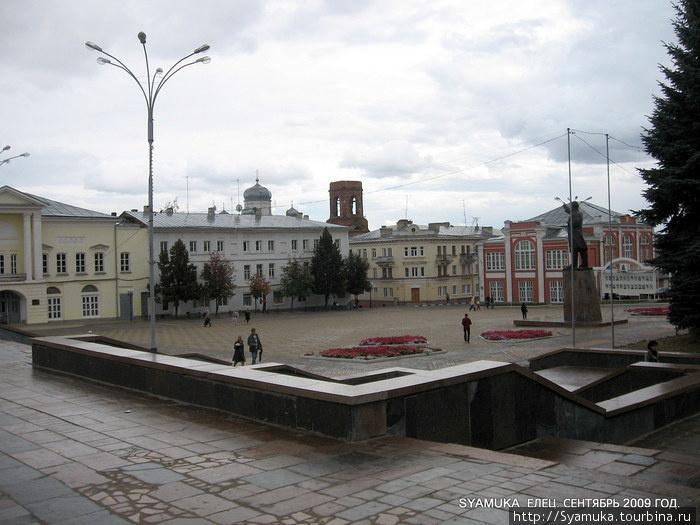 Главная площадь города — площадь Ленина. Она была создана комсомольцами города в 1935 году. В центре площади к 18 годовщине Октября был открыт памятник Ленину.