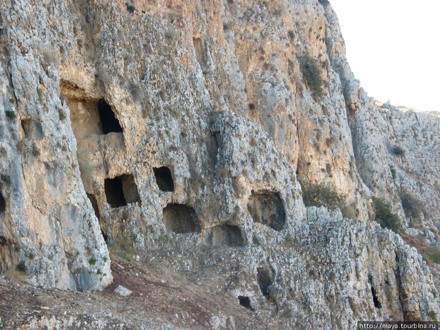 Весь северный склон горы изрыт карстовыми пещерами