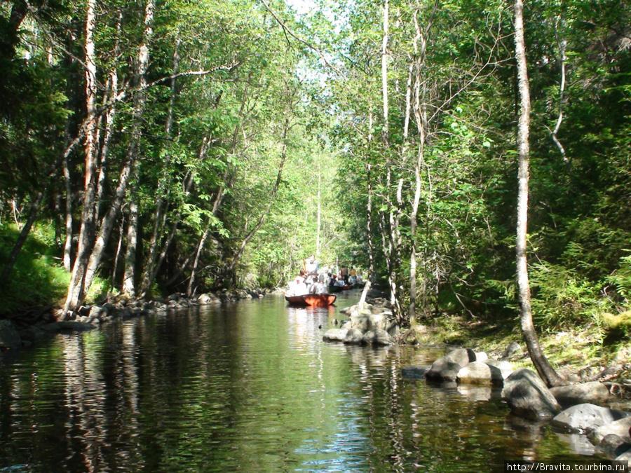 Из-за необходимости продвигаться вперед, постоянно отталкиваясь от берегов веслом, в каналах часто образуются пробки))