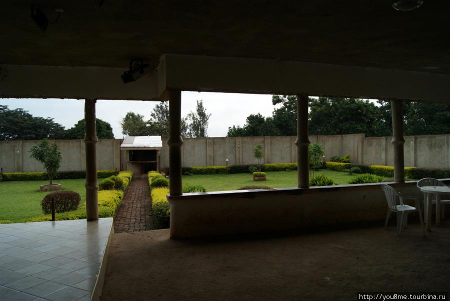 внутренний дворик за высокой оградой