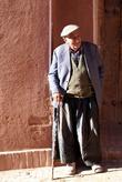 Старик у стены дома в Абьяне