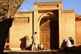 У входа в деревенскую мечеть