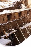 Полуразрушенные стены восстанавливают
