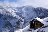 Одинокий домик на горе чуть ниже замка Аламут
