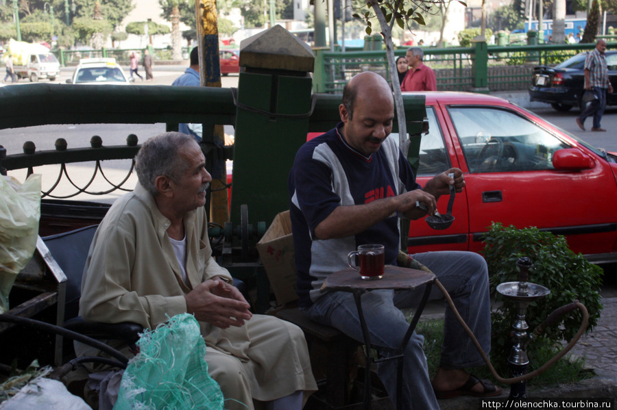 Мужчины пьют чай и курят