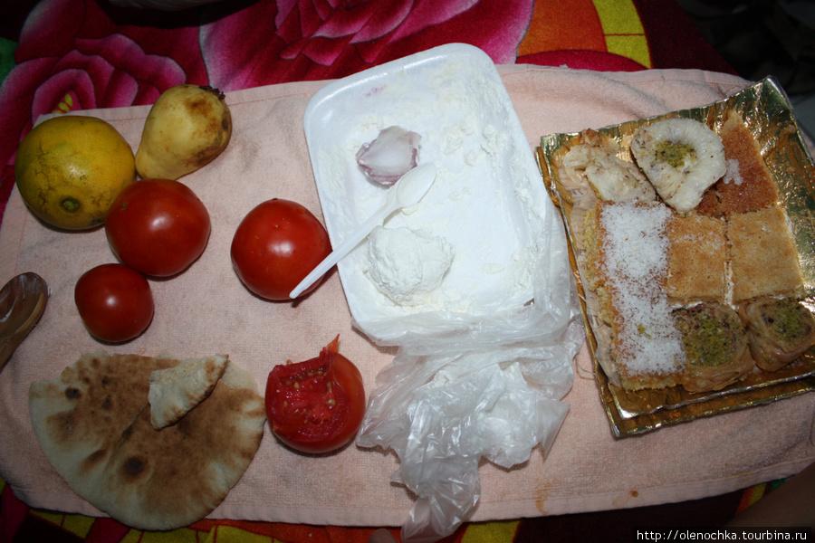 наш скромный ужин из помидоров, лука, лепешек, брынзы, гуавы и сладостей