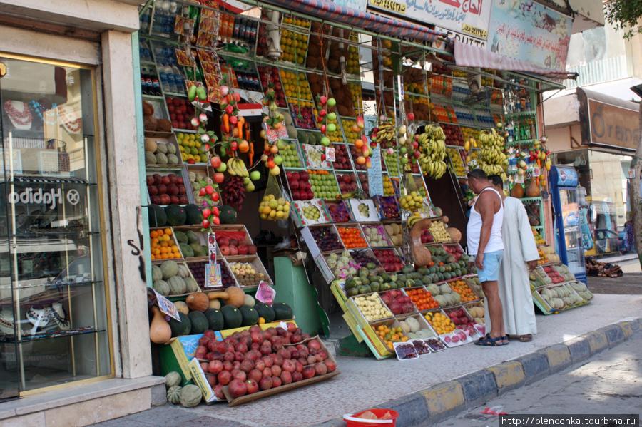 так продают фрукты для туристов