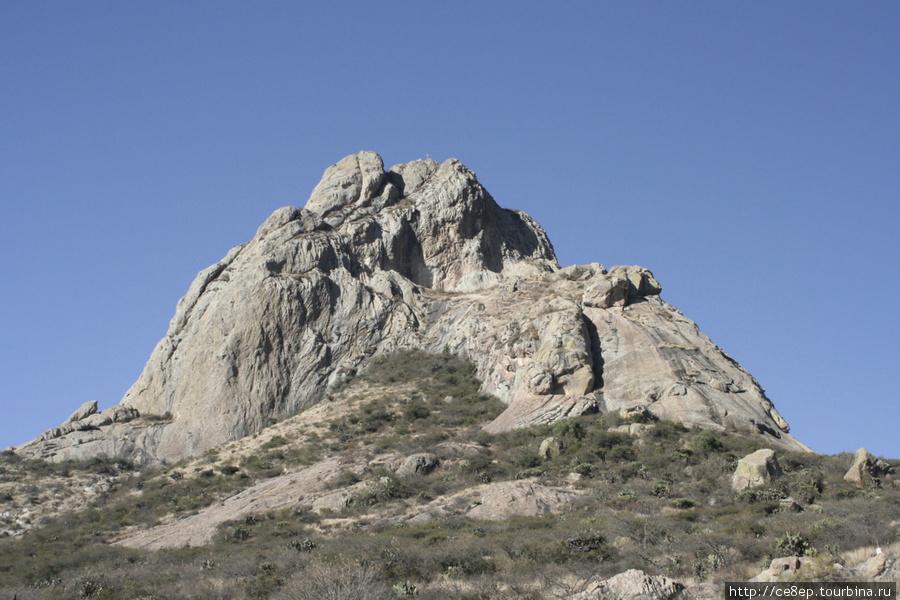Сама гора, верхняя часть полностью состоит из скальной породы.