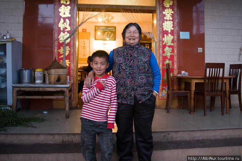 бабушка с внуком позируют с удовольствием