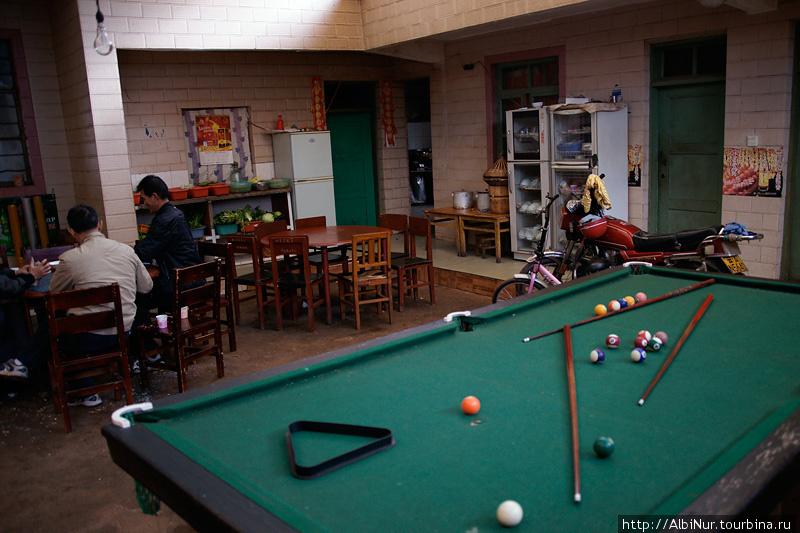 А вот и чифанька в китайском стиле: в одном помещении кухня, гараж и игровой зал.