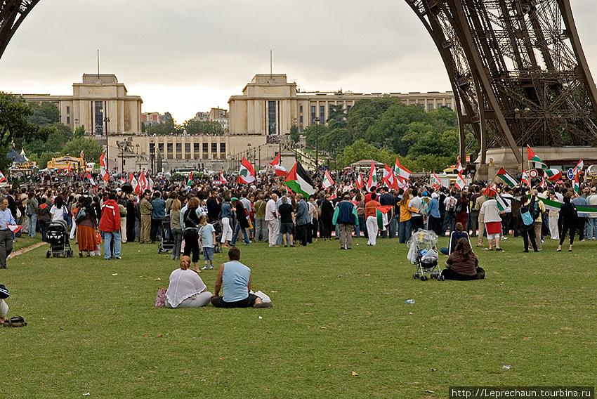 Митинг под Эйфелевой башней