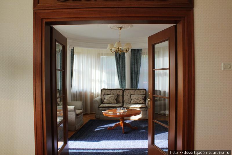 гостинная 4х комнатного сьюта. в номере 2 спальни и всего 1 ванная комната, 1 спальня проходная. Зато огромная лоджия.