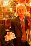 Торговец червонцами на рынке в Тебризе