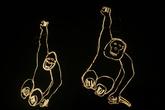 Светящиеся обезьяны завлекают в зоопарк
