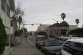 Центральная улица, россиян наверняка порадуют торчащие пальмы. И снега здесь тоже нет, совсем-совсем.