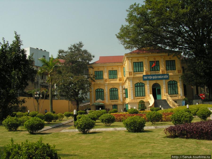 Hanoi (Ханой). Неизвестный для меня дом и мини-парк неподалеку от хостела. Там было приятно посидеть