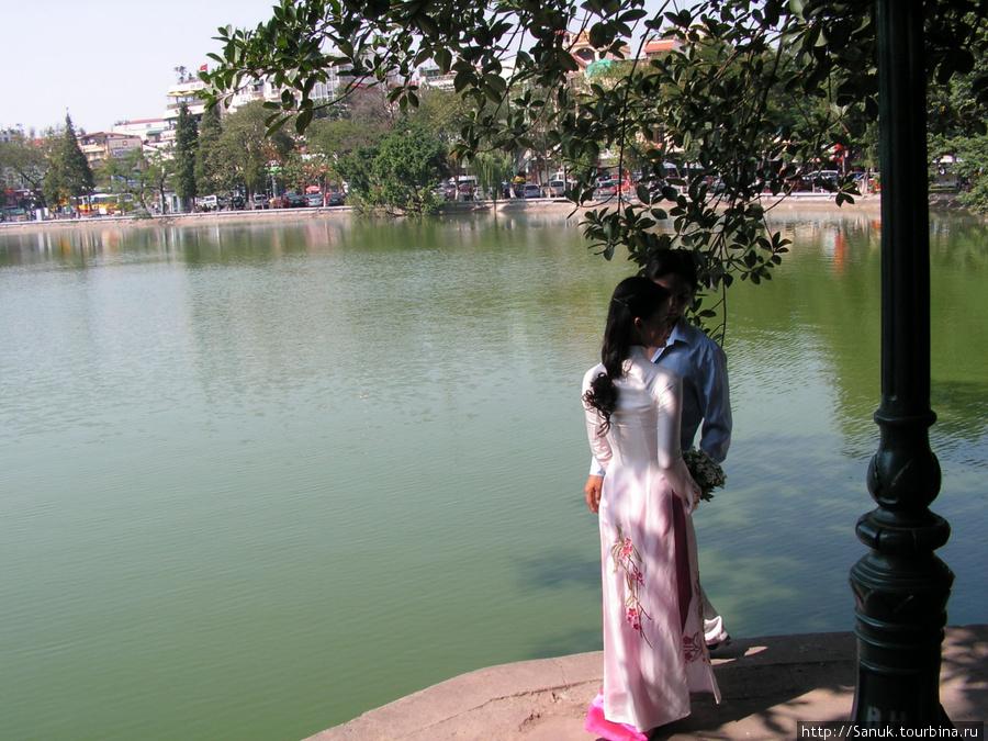 Ханой. На озеро Возвращённого меча также приходят молодожёны и влюблённые пары