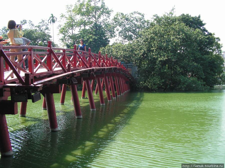 Ханой. Мост The Huc к храму Ngoc Son на озере Возвращённого меча