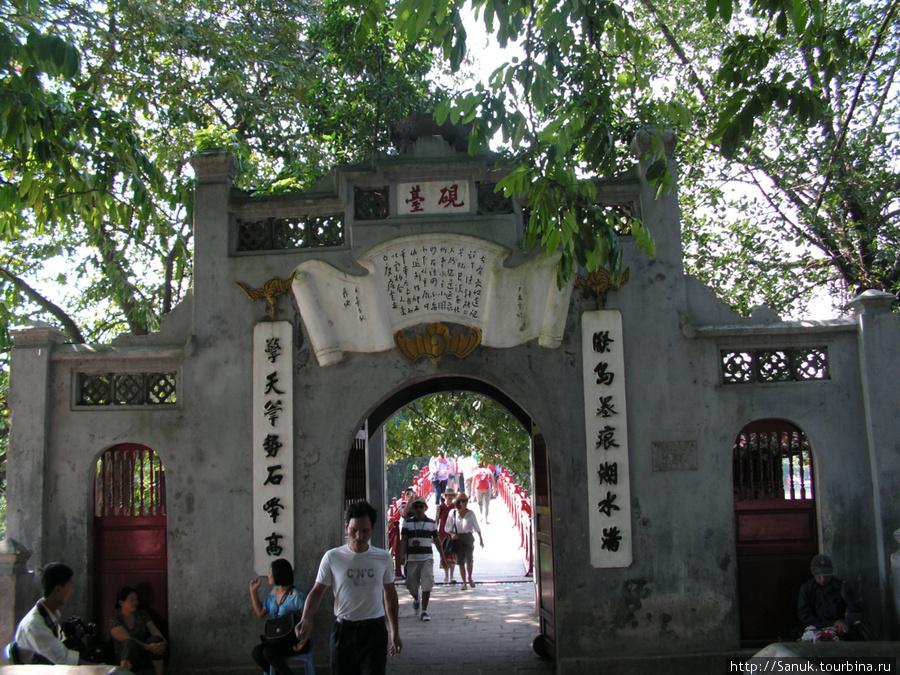 Ханой. Ворота перед мостом The Huc