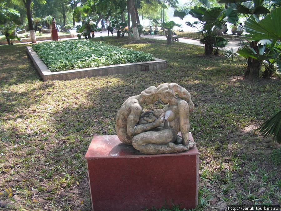 Ханой. Вокруг озера Возвращённого меча разбит парк с различными скульптурами