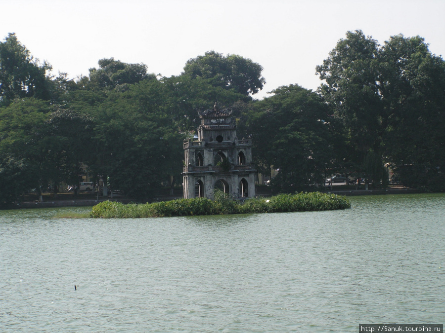 Ханой. Башня черепахи посреди озера Возвращённого меча