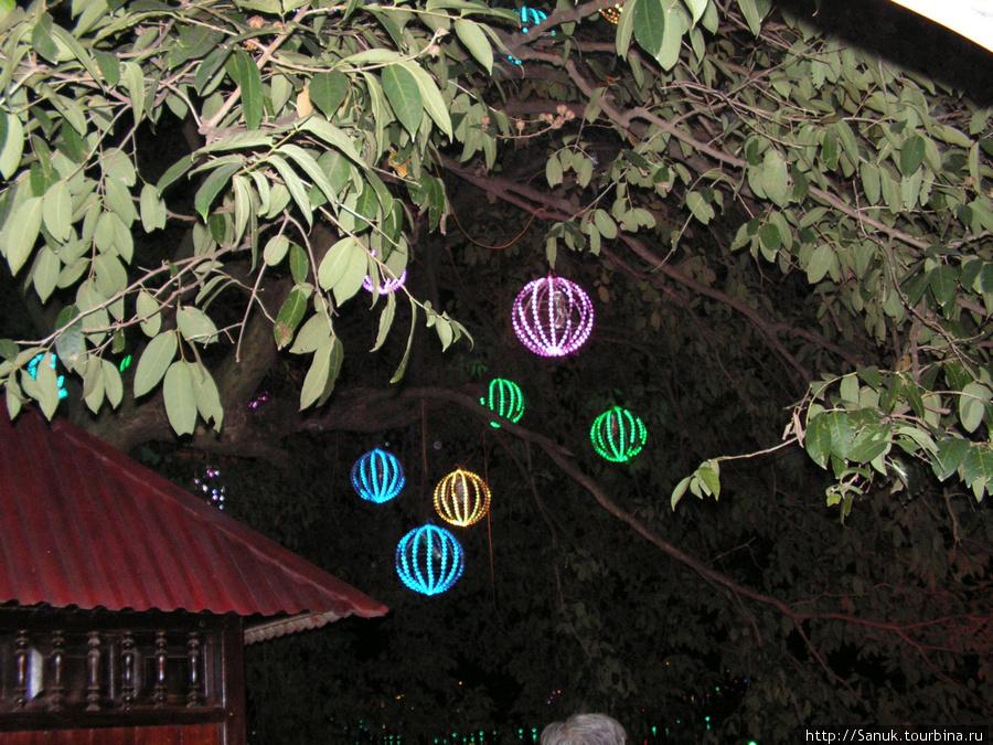 Ханой. Вьетнамцы любят всё украшать и подсвечивать