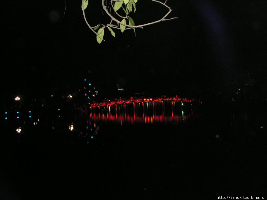 Ханой. Мост The Huc поздно вечером особенно красив