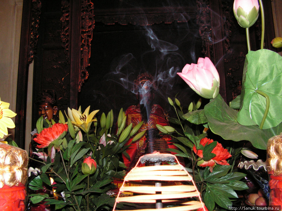 Ханой. Алтарь храма Ngoc Son на озере Возвращённого меча