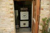 Этот термосифон греет весь дом. В Абруццо в качестве топлива отлично используют то, что остается от олив после отжатия. Потом это сушится и продается. Кажется, 13 евро за 4 мешка. И дешево, и натуральное хозяйство. Все идет в оборот. На месяц обогрева выходит приемерно 80 евро.