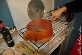 Сосиски варятся, получается соус. Кастрюля около 8 литров, тут не видно. Бионатуральная из Испании.