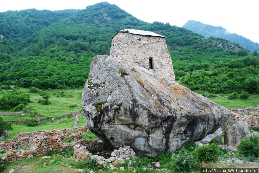 Вид на башню Амирхана со стороны входа