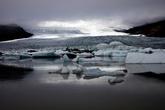 Всю ночь с той стороны раздавались загадочный треск и пугающий грохот. Ледник медленно и неуклонно порождал айсберги...