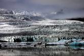 В этом месте Ватнайокуль сбрасывает свой ледяной покров в лагуну. Первый вздох ледника заставил нас остановиться, и подумать: