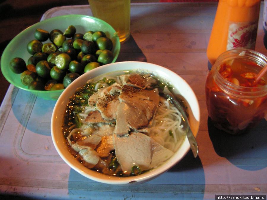Ханой. Традиционный вьетнамский суп фо (pho bo) с говядиной