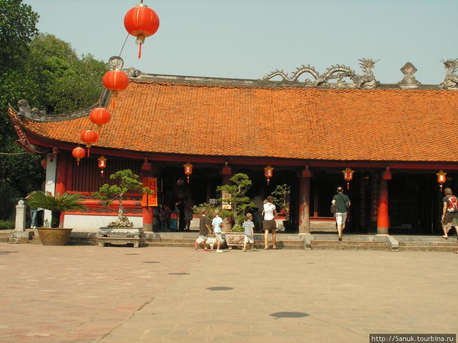 Ханой. Молодая семья из 6-7 человек проникает в Храм Литературы