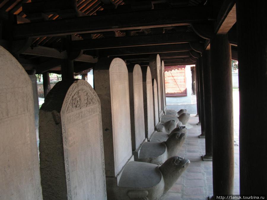 Ханой. В 1482 г. в Храме Литературы были установлены каменные стелы с именами лауреатов госэкзаменов. Сохранилось 82 стелы. Каменная черепаха символизирует долговечность национальных ценностей