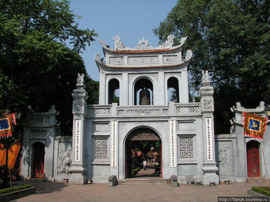 Ханой. Ворота Храма Литературы / Temple of Literature. Это учебное заведение для подготовки чиновников было построено в XI веке. Считается первым университетом Вьетнама