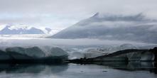 Девушка — экскурсовод рассказала, что тут снимали, как один экстремальный товарищ проводил тут эксперимент и сидел в воде около 10 минут. Но он покоритель Эвереста и т.д. Мы же пока не настолько закаленные, но и наши два заплыва поразили как туристов, так и коренных исландцев.