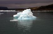 Тут же снимались и сцены из приключений Джеймса Бонда. Всю лагуну заморозили, ограничив поступления соленой океанской воды, что заняло около месяца. А затем на льду отсняли минутную сцену...