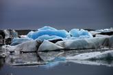 На экскурсии рассказывают, почему лед синий. Вода, даже в виде льда, абсорбирует весь спектр, кроме синего, который отражается. Но чтобы этого добиться, лед должен быть довольно толстым. И гладким. После переворота айсберг синий. Но потом верхний слой подтаивает и становится белым.