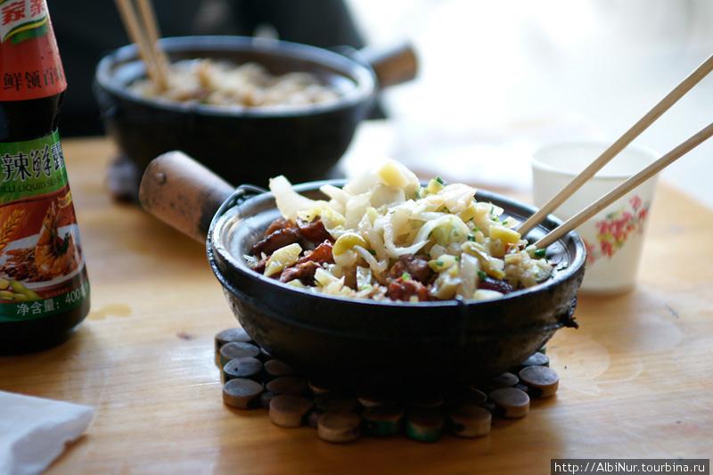 вариант приготовления риса -жареный с овощами  в порционной сковородке, стоимость ~ 10 юаней.