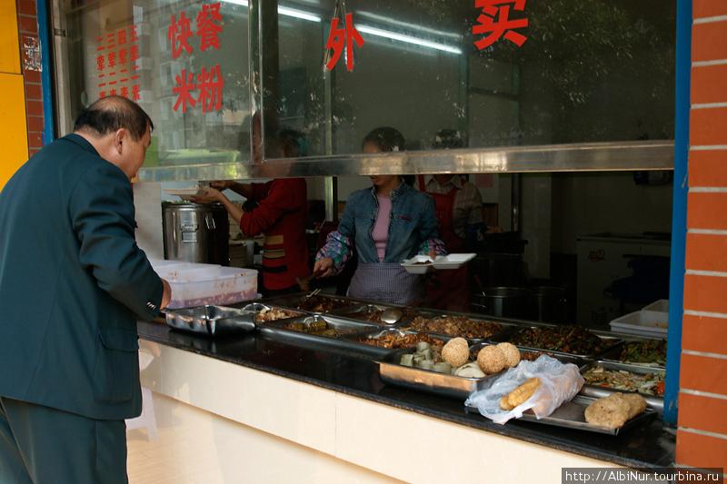 шведский стол по-китайски — 6-8-10 юаней, цена зависит от размера порции и количества добавок.