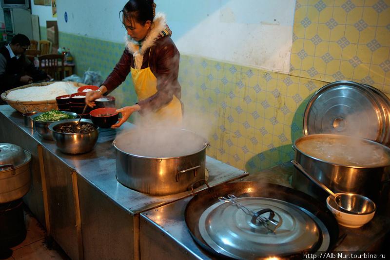 в больших чанах — бульон. лапшу подогревают в горячей воде и заливают бульоном.