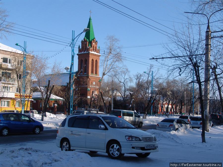 На улицах Благовещенска много иномарок, некоторые таксуют — все равно другой работы в городе мало