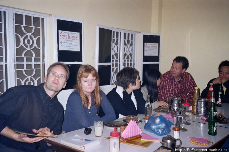 Студенты моего института за ужином в кафе