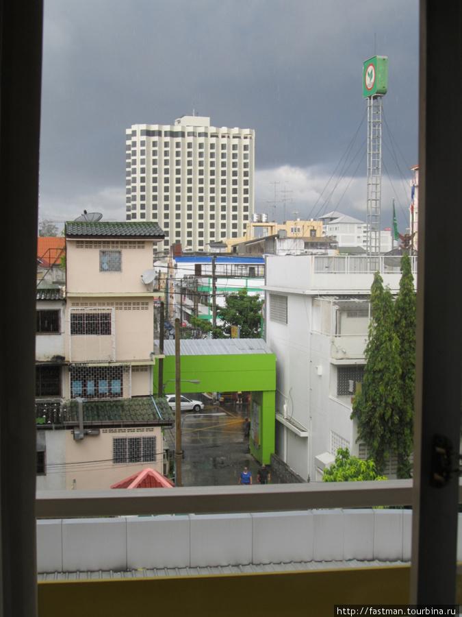 Вид из окна на входную зону отеля и ул. Центральная Паттайя.